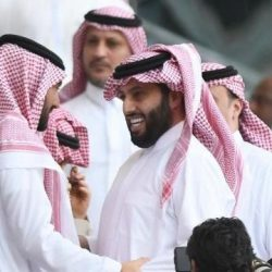 أمير منطقة جازان يقلد القائد الكشفي وائل خواجي الشارة الدولية .