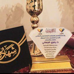 مقيم في حالة غير طبيعية يجلس على كرسي وسط الشارع في الرياض